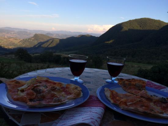 La Piana dei Castagni: We drove to the village to get pizzas. Beautiful view from the house to the valley, pizza and re