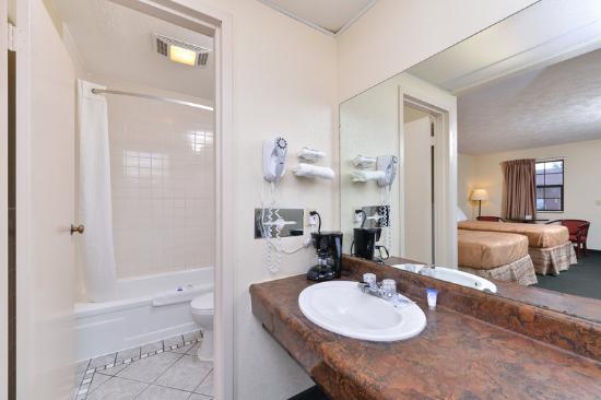 Americas Best Value Inn- Alliance : Bathroom