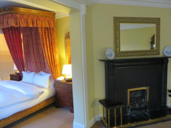 Dunraven Arms Hotel: View of the bed and fireplace in the suite