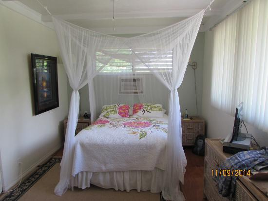 Old Lahaina House: Romantic bed