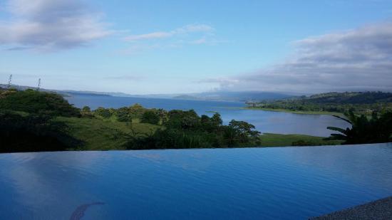 La Mansion Inn Arenal Hotel: La piscine à débordement et sa vue