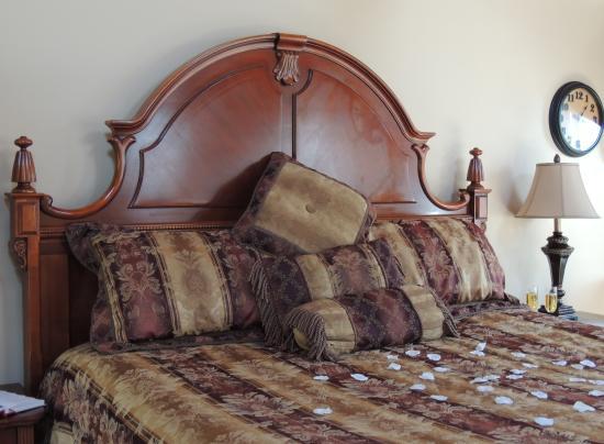Donna's Premier Lodging: Chalet King Size Bed