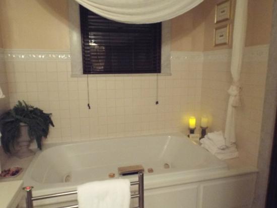 Fleur-De-Lys Mansion: Jacuzzi tub