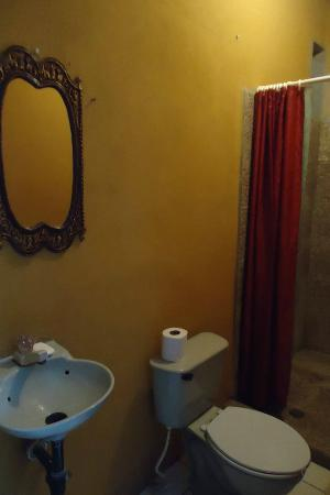 Casa Familia Castro: One of the private bathrooms