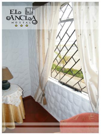 Hostal El Ancla: Vista lateral parque y playa