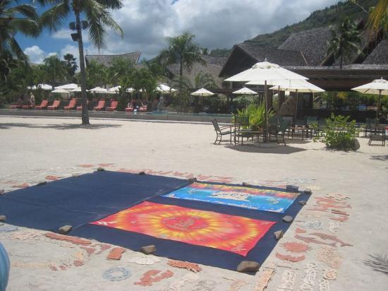 Pareo Perso: L'activité se situe sur la plage de l'Intercontinental de Moorea, en face du bar de la piscine,