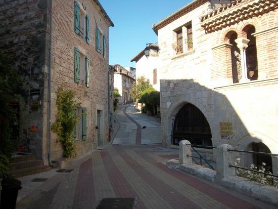 Penne d'Agenais, Frankrig: Place Paul froment avec vue sur la rue de Ferracap entourée de belles maisons