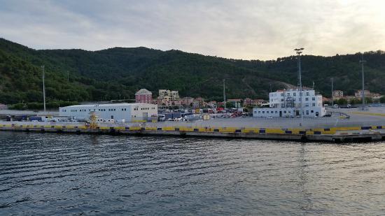 Sea Art Hotel : Das rosa Hotel von der Fähre aus bei der Einfahrt