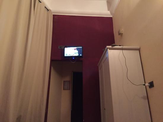 """Hotel Benvenuti Florence : La stanza n15, ripeto che ho sbirciato le altre e questo effetto """"scary"""" l'ha solo questa"""