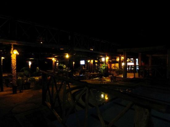 Ziwa Beach Resort: The bar at night