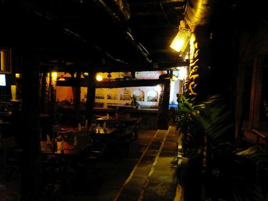 Ziwa Beach Resort: Bar at night