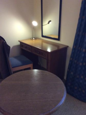 Holiday Inn Maidstone - Sevenoaks: Desk and table.  Old but functional if a little shabby.