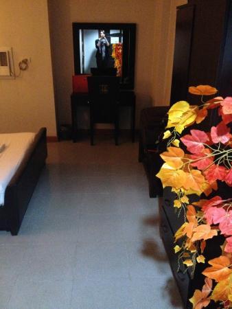 Holiday Plaza Hotel : Room entry way