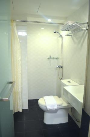 Harbour Ville Hotel: bathroom of standard room