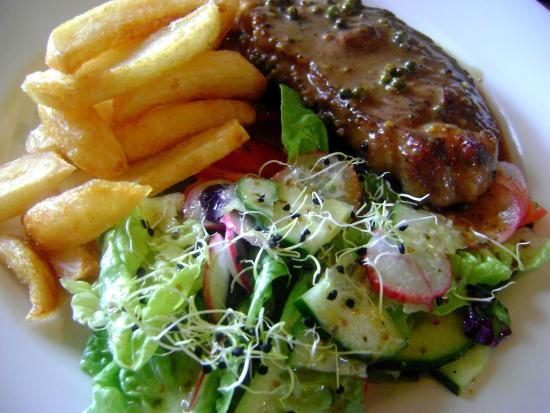 Karoux Restaurant : Sirloin au poivre with graden salad and chips