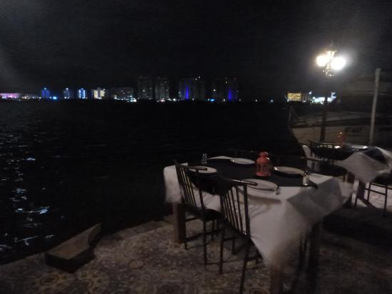 Beach House Imperial Laguna Cancun Hotel: ホテルのレストランと夜景
