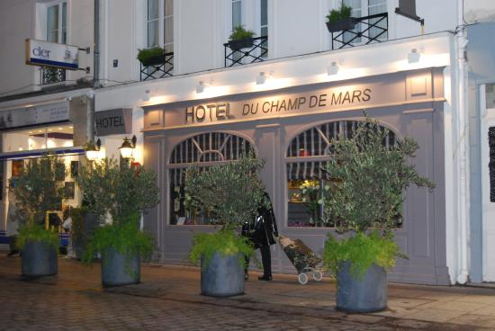 Hotel du Champ de Mars: This is the front from the street.
