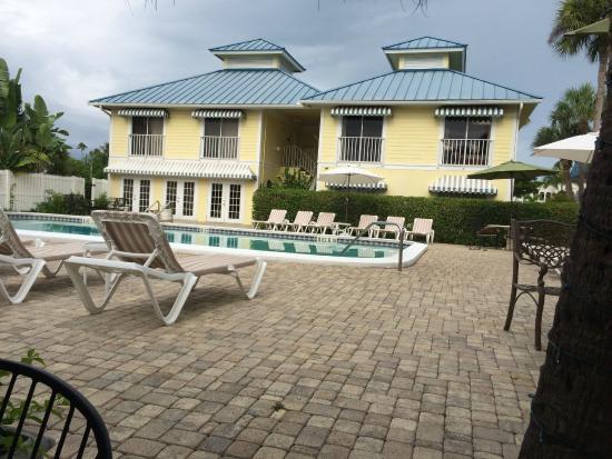 Naples Courtyard Inn: Vista externa na parte da piscina