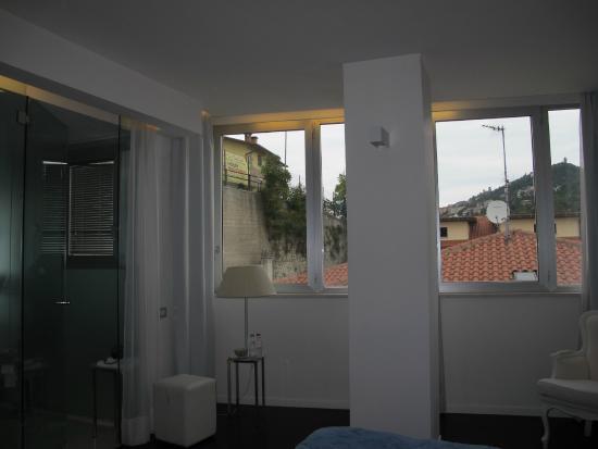 Bagno In Camera Con Vetrata : Camera con vista a sinistra il bagno con le pareti di vetro