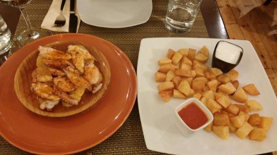 Lola Spanisches Tapas Restaurant: Tintenfisch auf Kartoffeln pikant gewürzt; Patatas mit Aioli und scharfer Tomatensauce