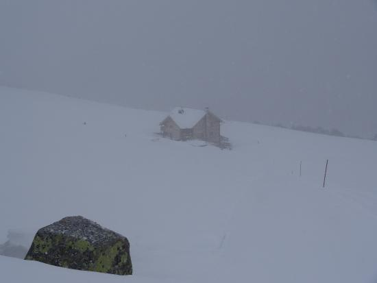 The Rifugio Rasciesa seen from the trail leading to the summit, on a foggy January day