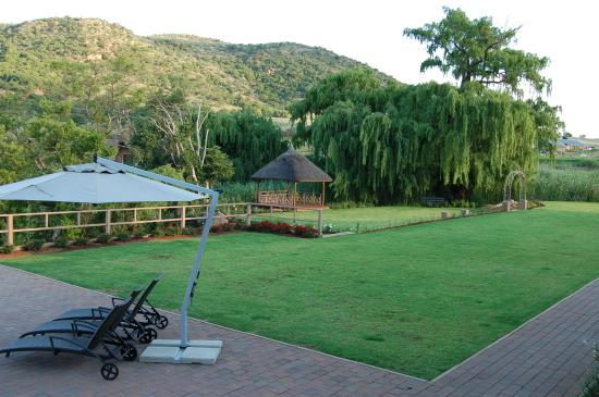 Kloofzicht Lodge & Spa: Gardens in front of the dam