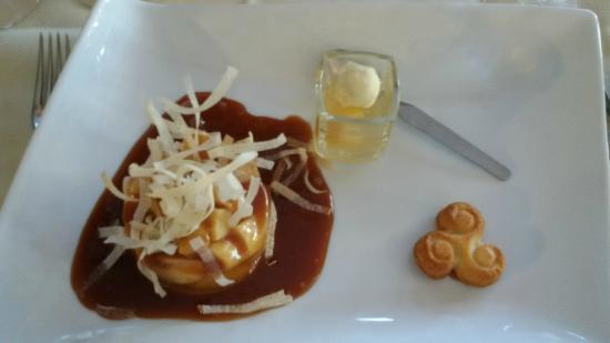 """Hotel Restaurant De La Porte Saint-Pierre: """"Aspic"""" de pommes sur lit de caramel au beurre salé"""