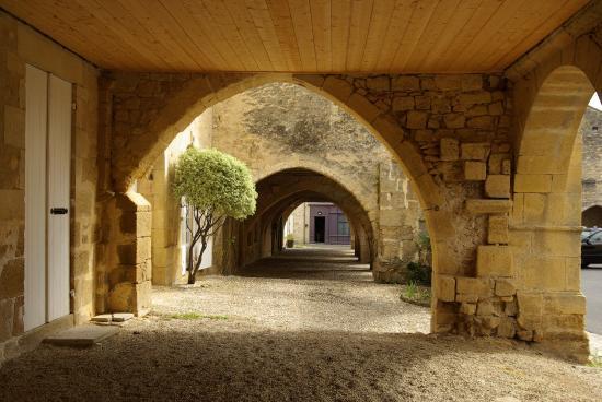 Apparthotel Les Tilleuls: Sous les arcades de la place du Mercadiou à St Macaire