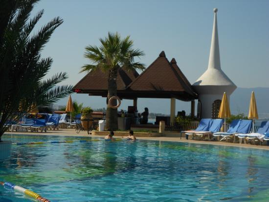 Fantasia Hotel De Luxe Kusadasi: piscine et pool bar
