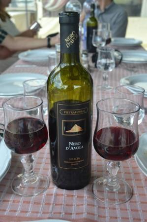 Ristorante Pizzeria VILLA Kephos: Plenty of Sicilian wine