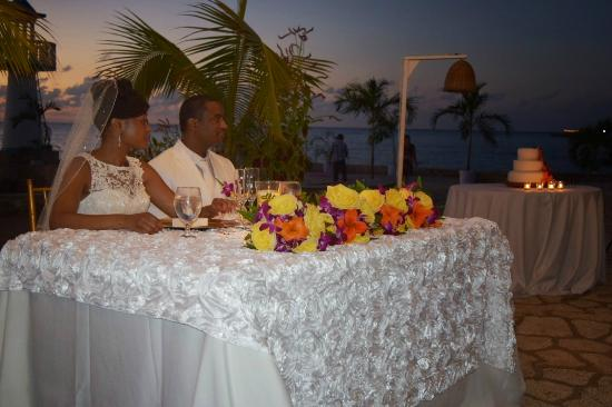 Negril Escape Resort & Spa: Sweetheart table and cake table