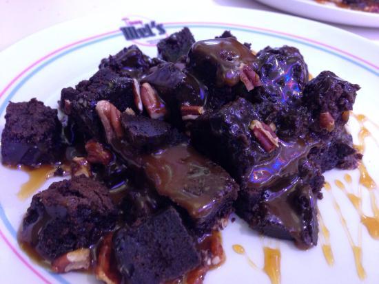 Tommy Mel´s Gijón : Traducido: derrumbe de rocas de Brownie. Trocitos de Brownie caliente con nueces y sirope de Tof