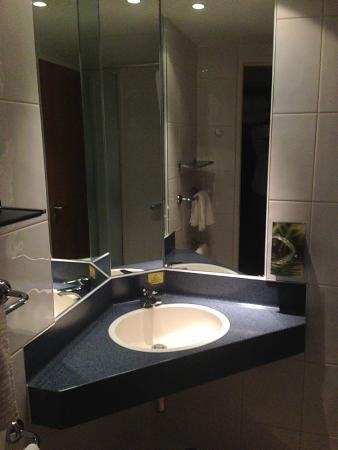 Premier Inn Bridgend Central Hotel: Bathroom