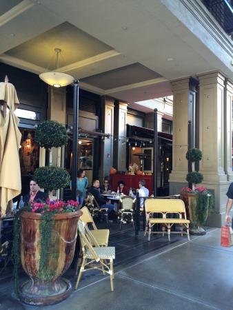 Left Bank Santana Row: 天気がいいなら外のテーブルをお勧め