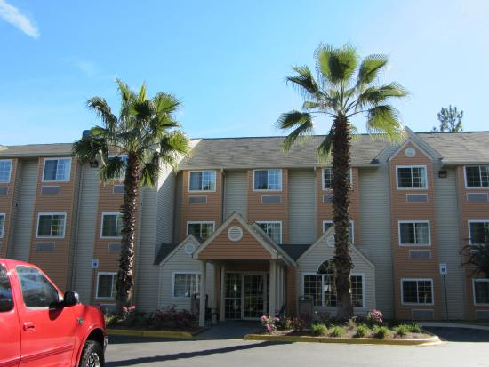 Microtel Inn & Suites by Wyndham Tallahassee: Main entrance