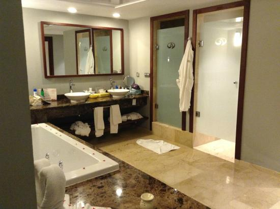 Baño muy amplio con jacuzzi y ducha y wc separados: fotografía de ...