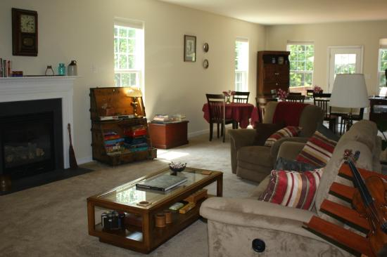 Uphill House Bed & Breakfast: Our Living Room is super cozy!