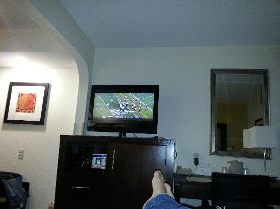 Hotel Avyan: Checked in just in time for the Norte dame game / deluxe room refrigerator and microwave are und