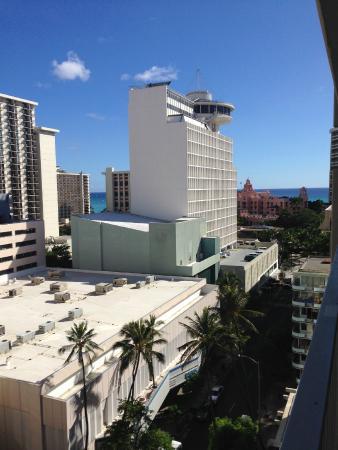 Marine Surf Waikiki : 部屋のラナイの右側からワイキキビーチを一望できます
