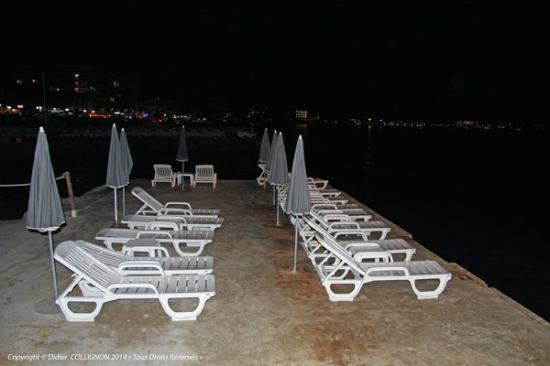 Se d tendre sur les chaises longues en bord de mer - Chaises de plage ...