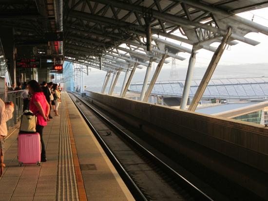 how to get to high speed train taichung