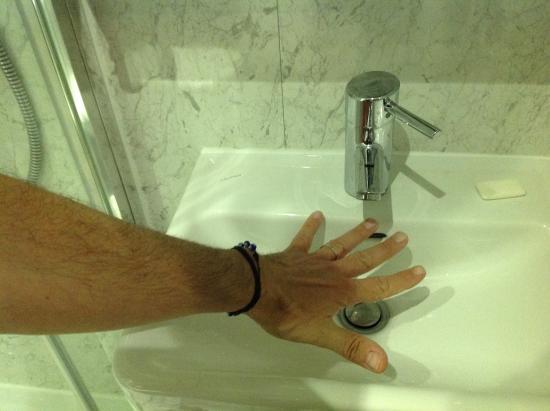 Queens Park Hotel: Dimensione lavabo