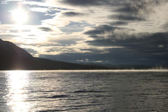 Little Atlin Lodge: Early morning view of Little Atlin lake