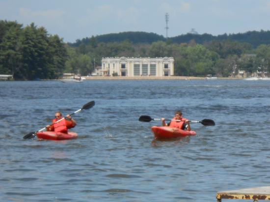 Baker's Sunset Bay Resort: kayaking on the lake