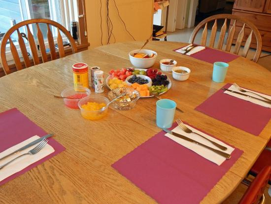 San-Suz Ed RV Park & Campground : Breakfast table with fresh fruit