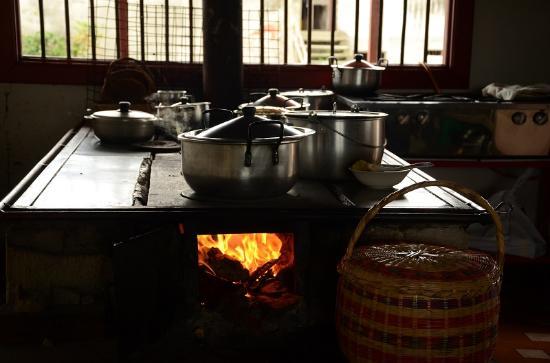 Fogon de lena en la cocina de la casa picture of finca - Cocinas de lena ...