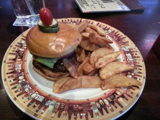 Scotty's Brew House: Yummy burger with wedge fries