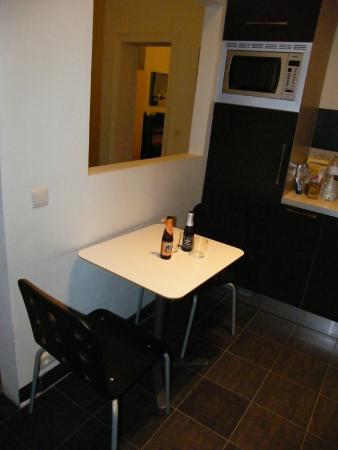 The Residence Les Ecrins: обеденный стол на кухне - только для двоих