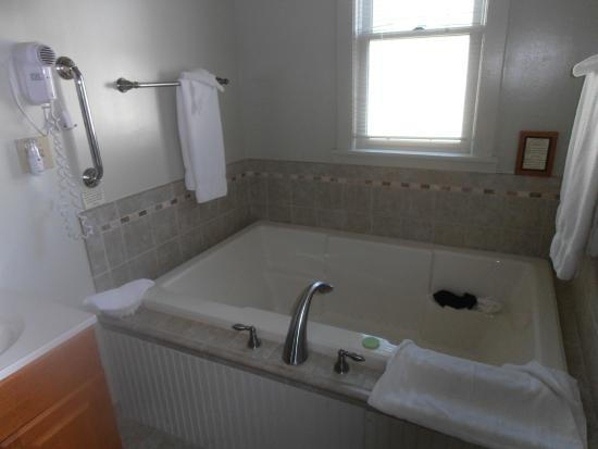 Victoria Resort Bed & Breakfast: Jetted tub