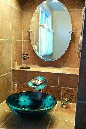 Crown Ridge Bed & Breakfast: Spaciously, well-appointed Suite 1 private ensuite bathroom
